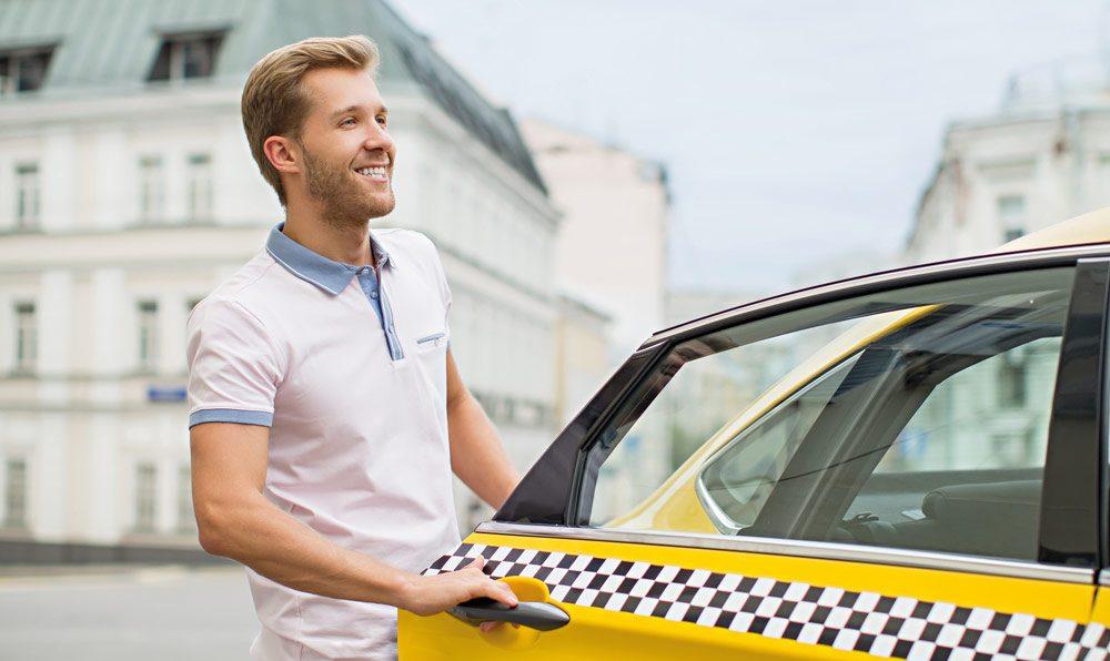 client monte dans un taxi