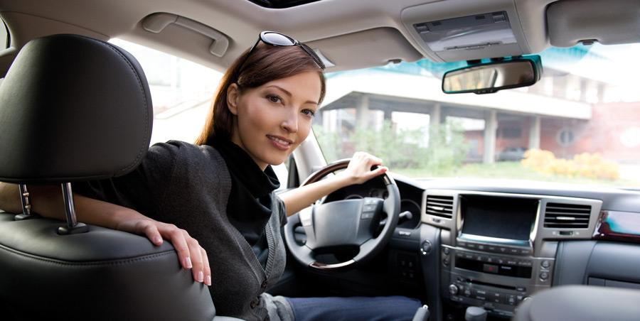 femme chauffeur de taxi avec le sourire et les lunettes de soleil