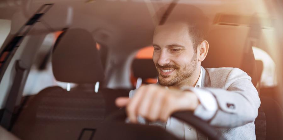 chauffeur de taxi heureux d'être au volant