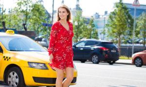 une femme aborde un taxi dans la rue