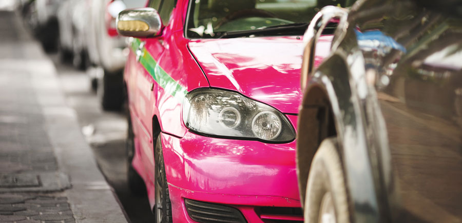 taxi rose et vert en Asie