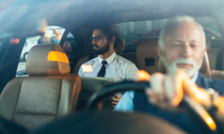 chauffeur et son client dans un taxi
