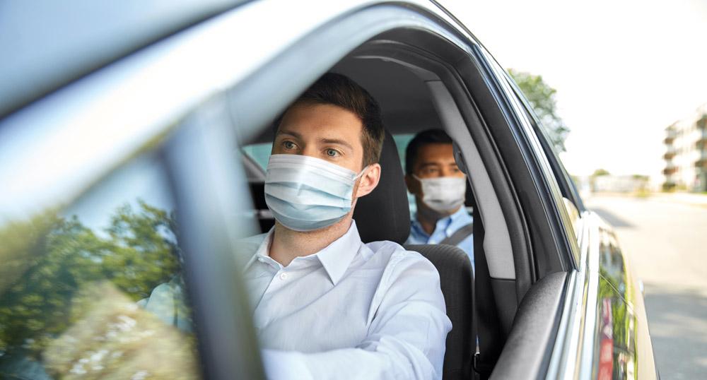 chauffeur de taxi et son client avec un masque