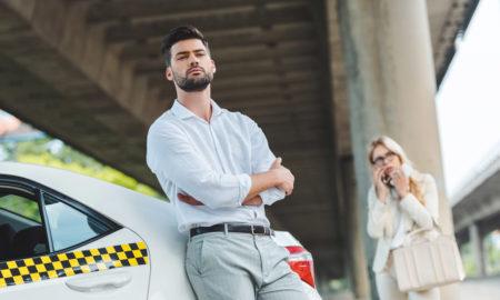 chauffeur de taxi attends sa passagère