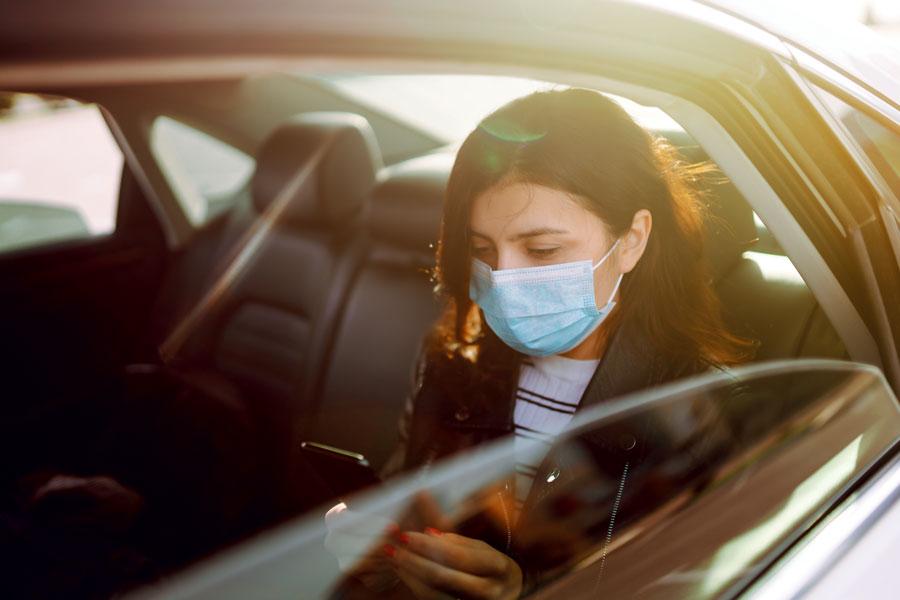 passagère d'un taxi avec masque de protection contre le covid-19