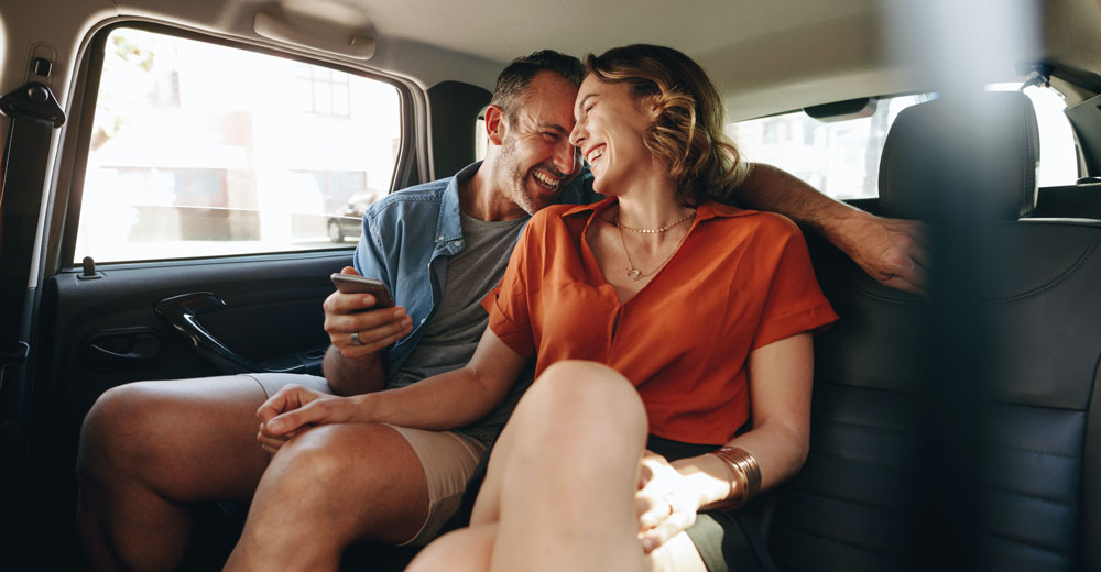 couple heureux dans un taxi