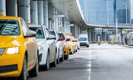 taxis en attente devant l'aéroport