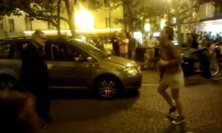 chauffeur de taxi parisien chante elvis