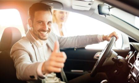 chauffeur de taxi au volant et le pouce levé