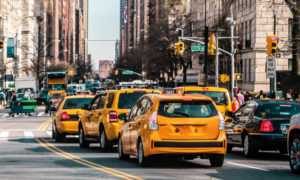 taxi jaune dans la circulation à New York
