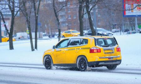 taxi attend dans le froid sa passagère