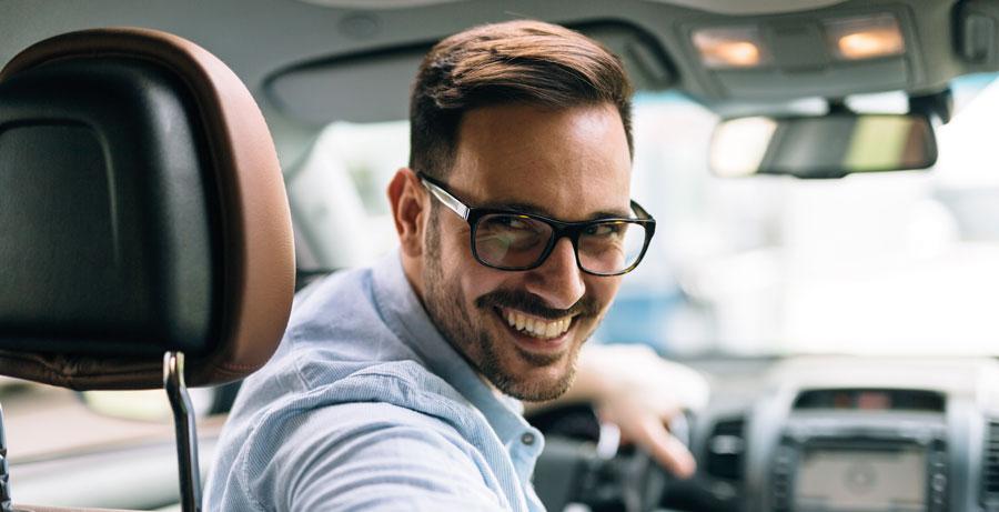 chauffeur de taxi avec le sourire