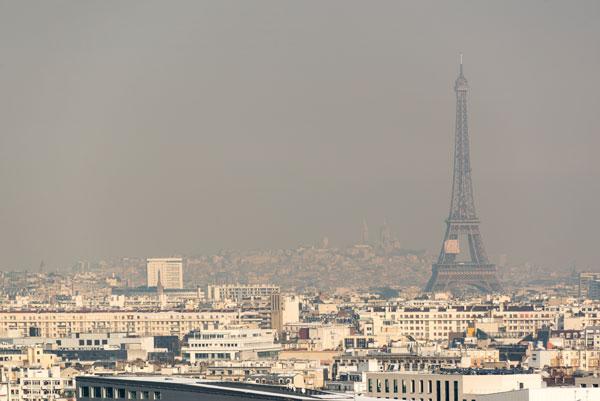 La ville de Paris sous un épais nuage de particules fines : pollution due aux moteurs diesel ?