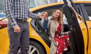 cliente avec son chauffeur de taxi