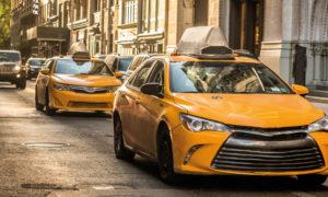 taxi jaune dans une avenue de New York