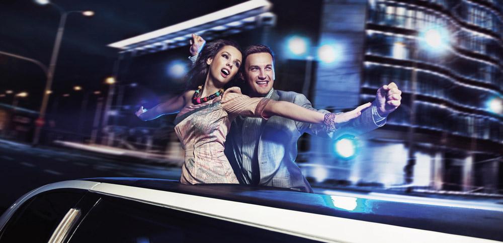 couple heureux en limousine pendant les fêtes