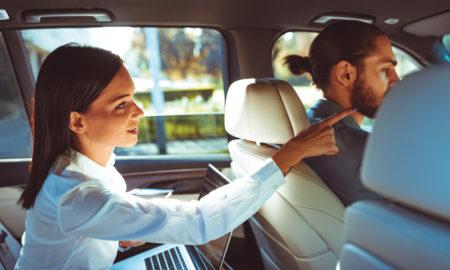chauffeur de taxi avec sa passagère