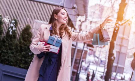 femme appelle un taxi avec le sourire au moment de Noël